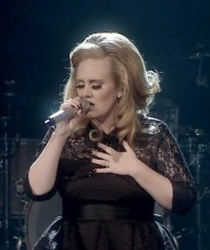 "3 anos atrás, Adele lançava ""Set Fire To The Rain"" como terceiro single do ""21″"